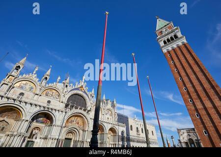 San Marco Basilika Low Angle View und Glockenturm in einem sonnigen Sommertag in Italien - Stockfoto