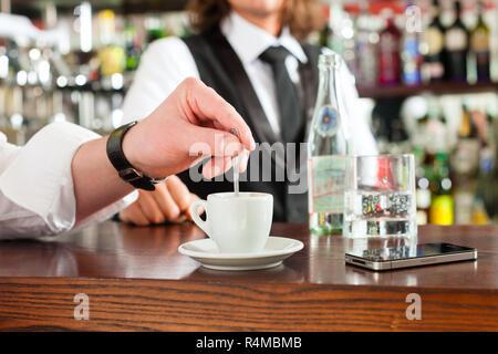 Barista mit Client in seinem Cafe oder Coffeeshop - Stockfoto