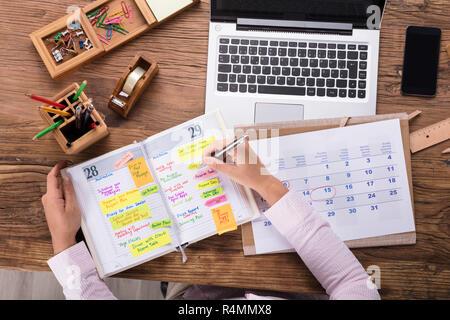 Geschäftsfrau Schreiben Termine im Kalender Tagebuch - Stockfoto