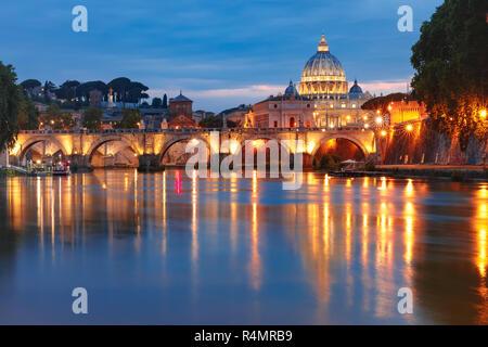 St. Peter Kathedrale in der Nacht in Rom, Italien. - Stockfoto