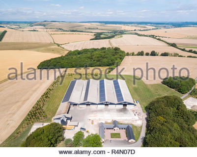 Antenne Landschaft von landwirtschaftlichen Gebäuden und im Sommer geernteten Weizen und Gerste Felder - Stockfoto