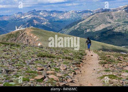 Frau Wanderweg auf Berthoud Pass Trail in Colorado - Stockfoto
