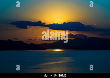 Sonnenuntergang vom selben Standpunkt auf der Insel Komodo, Indonesien (Sequenz von Bildern) - Stockfoto