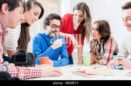 Mannschaft in kreative Agentur Erörterung in der Sitzung - Stockfoto