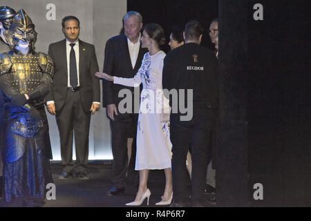 Madrid, Spanien. 28. November 2018. Spanischen Königin Letizia Ortiz mit China erste Dame Peng Liyuan während eines Besuchs in Teatro Real/Theater Bei ihrem offiziellen Besuch in Spanien an der RoyalPalace in Madrid am Mittwoch, den 28. November 2018 Credit: CORDON PRESSE/Alamy leben Nachrichten - Stockfoto