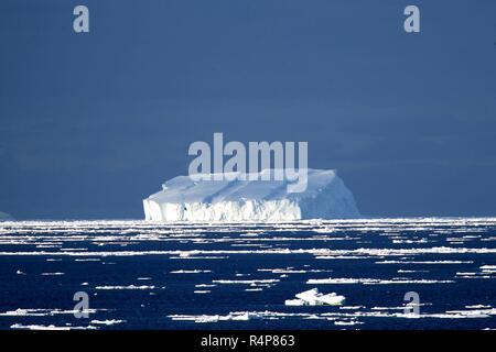 (181128) - AN BORD XUELONG, November 28, 2018 (Xinhua) - Foto an November 25, 2018 zeigt Eisberg von Chinas Forschung Eisbrecher Xuelong in einem schwimmenden Eis im Südlichen Ozean gesehen. Chinas Forschung Eisbrecher Xuelong hat eine schwimmende Eis Gebiet im Südlichen Ozean zu einem Zyklon zu vermeiden. Es ist geplant die Zhongshan Station in der Antarktis, am 07.11.30. Auch als der Schnee Drache, der Eisbrecher Durchführung einer Forschung team Segeln aus Shanghai am 2 bekannt, Anfang 35 Antarktis Expedition des Landes, die 162 Tage dauert und Abdeckung 37.000 Seemeilen (68.500 km). (Xinhua - Stockfoto