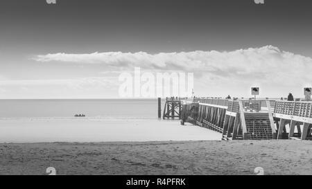 Ponton aus Holz mit Blick auf den Ozean in gemischten Wetter. - Stockfoto