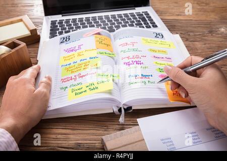 Unternehmer in der Liste der Termine im Tagebuch Suchen - Stockfoto