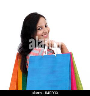 Junge glücklich lächelnde Frau mit Einkaufstüten - Stockfoto