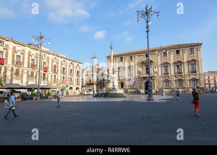 Catania, Sizilien, Italien - 23 August 2017: Touristen besuchen die Piazza del Duomo mit Fontana dell'Elefante in Catania. - Stockfoto
