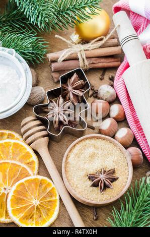 Kulinarische Hintergrund. Gewürze für Weihnachten Lebkuchen oder Glühwein. Urlaub Backen Kochen Zutaten auf Holztisch. Weihnachten essen. Ansicht von oben wit - Stockfoto