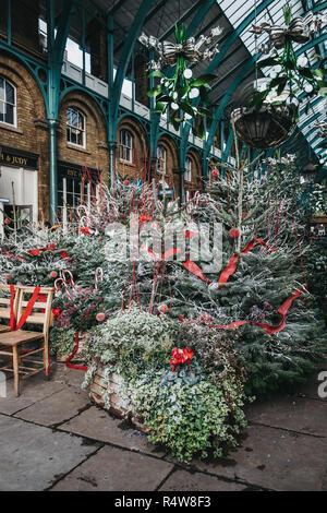London, UK, November 21, 2018: Weihnachtsbäume und Dekorationen in Covent Garden Market, eine der beliebtesten Touristenattraktionen in London.
