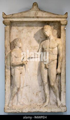 Im British Museum, London, UK. Marmor schnitzen eines jungen Mannes unter einem Öl Flasche von einem jungen Begleiter, gegebenenfalls nach einer Badewanne (375 v. Chr.). - Stockfoto