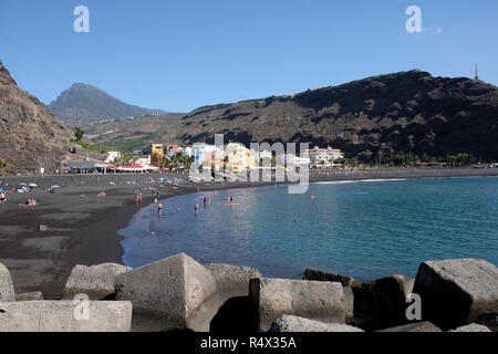 Der Strand von Puerto de Tazacorte, La Palma mit charakteristischen dunklen vulkanischen Sand. Foto im November gebracht. - Stockfoto