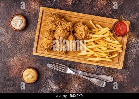 Fried Chicken Wings mit Pommes frites, Ansicht von oben. - Stockfoto