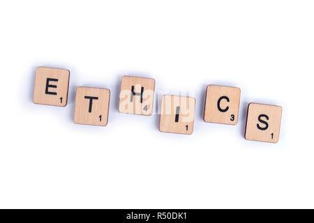 LONDON, Großbritannien - 7. Juli 2018: Das Wort Ethik, Dinkel mit hölzernen schreiben Scrabble Fliesen, am 7. Juli 2018. - Stockfoto