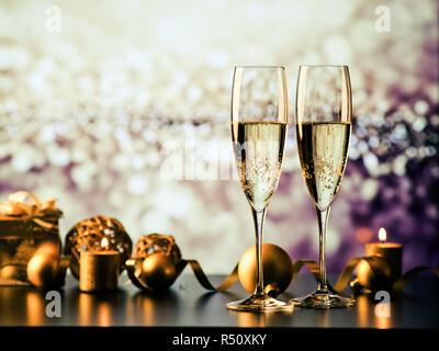 Zwei Sektgläser gegen Holiday Lights und Feuerwerk - neues Jahr Feier - Stockfoto