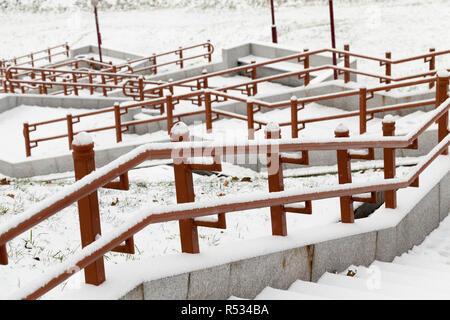 Konkrete Schritte und Metallschienen mit Schnee im Winter abgedeckt, phtography zu schließen ist - - Stockfoto