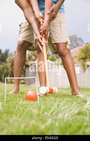 Zwei Personen spielen Krocket - Stockfoto