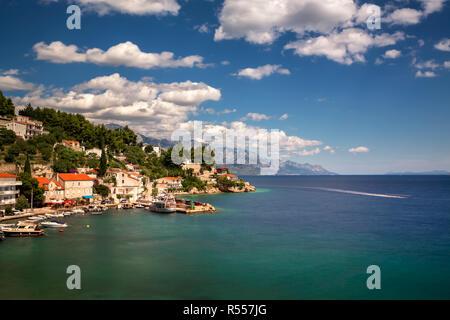 Luftbild von Mimice Dorf und Adria Kosten, Omis Riviera, Kroatien - Stockfoto
