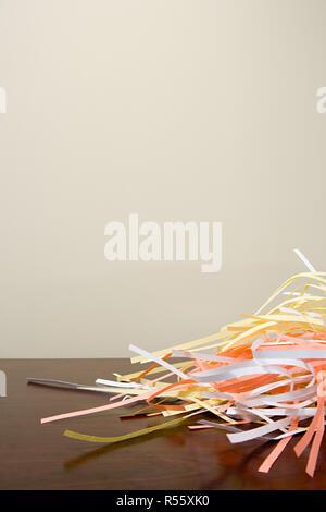 Papierschnitzel auf einem Schreibtisch - Stockfoto