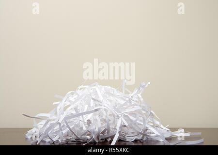 Papierschnitzel auf Schreibtisch - Stockfoto