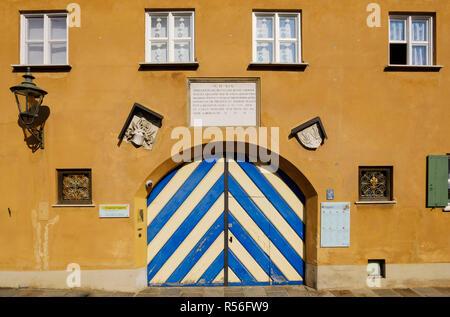 Fuggerei, Außenfassade am Sparrenlech, Jakobervorstadt, Augsburg, Schwaben, Bayern, Deutschland - Stockfoto