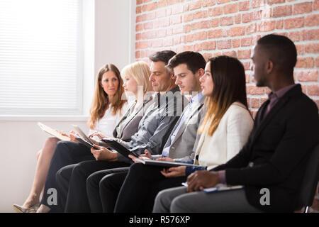 Geschäftsleute, die Warten auf ein Interview - Stockfoto