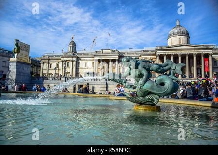 Atmosphäre am Brunnen am Trafalgar Square vor der Nationalen Galerie Museum in Westminster, London, England, Vereinigtes Königreich