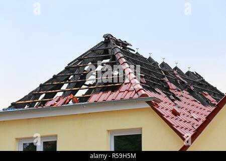 Gebrannt nach dem Brand auf dem Dach - Stockfoto