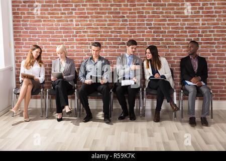 Reihe der Geschäftsleute Warten auf ein Interview - Stockfoto
