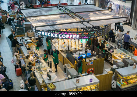 September 10, 2017, London/UK - Kaffee von Starbucks am Flughafen Heathrow, Terminal 5. - Stockfoto