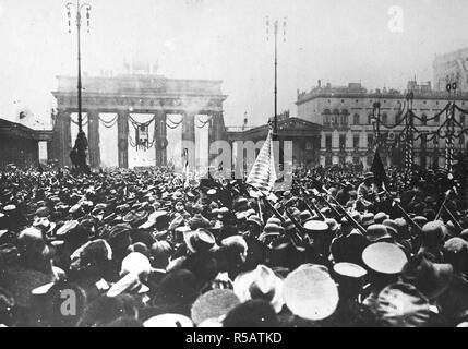 Deutsche Soldaten wieder in Berlin. Deutsche Truppen gerade von Krieg, bereits treuen Anhänger der Regierung Ebert, durch das Brandenburger Tor am Pariser Platz, Berlin, Deutschland, unter Beifall und Jubelrufe tausende Ca. 1919 - Stockfoto