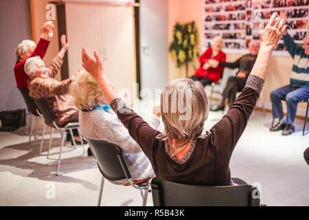 Aktivitäten in eine Tagesstätte für Menschen mit Alzheimer-Krankheit. - Stockfoto