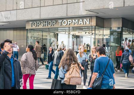 München, Deutschland - September 2018: Vorderseite der Topshop/Topman Kleidung Store in München. Englische Marke. - Stockfoto