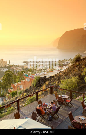 Kanarische Inseln, Teneriffa, Costa Adeje, El Puerto de Santa María (Klippen der Riesen), outdoor Cafe - Stockfoto