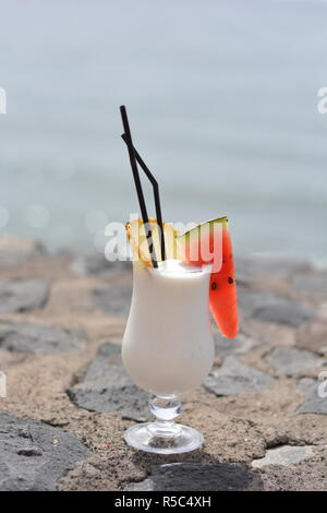 Coconut Cocktail am Strand - Stockfoto