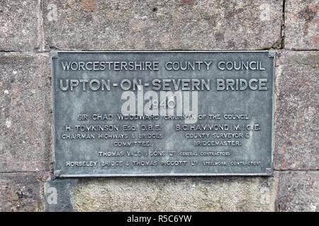 Plakette auf der Upton-Upon-Severn Bridge, die auch als Upton-On-Severn, in Upton-Upon-Severn, Worcestershire, Großbritannien bekannt - Stockfoto