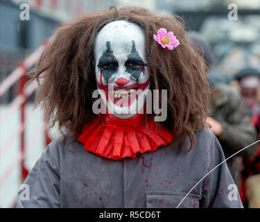 Teilnehmer in vollem Make-up und Kostüm an der jährlichen Bristol Zombie Walk - 27. Oktober 2018, Bristol, England - Stockfoto