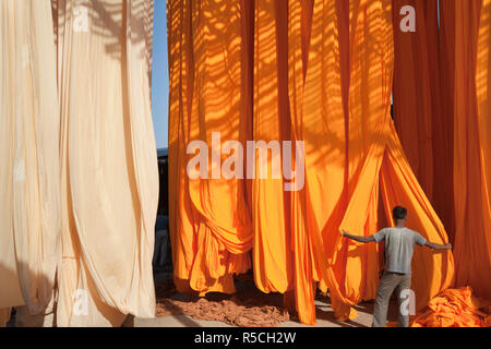 Neu gefärbten Stoff aufgehängt werden, um trockene, Sari Textilfabrik, Rajasthan, Indien, (MR/PR) - Stockfoto