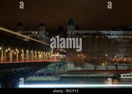 U-Bahn, U-Bahn, die auf dem Bir-Hakeim Brücke über den Fluss Seine und zwischen zwei Gebäude aus Stein in Paris, Frankreich - Stockfoto