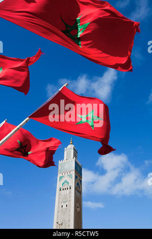 Flagge von Marokko winken in den Wind und die Hassan-II.-Moschee, die drittgrößte Moschee der Welt, Casablanca, Marokko, Nordafrika - Stockfoto