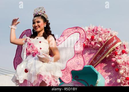 Thailand, Chiang Mai, Schönheitskönigin bei Chiang Mai Flower Festival Parade - Stockfoto