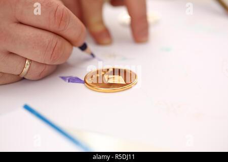 Goldene Medaille am Tisch des Astraleums closeup liegen - Stockfoto
