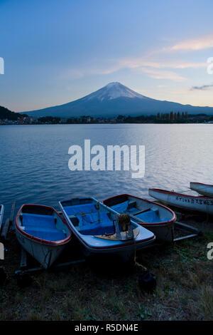 Japan, Insel Honshu, Kawaguchi Ko See, Mt. Fuji und Boote - Stockfoto