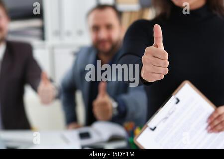 Gruppe Der Jungen Unternehmer Sind Glücklich Machen Gutes Angebot