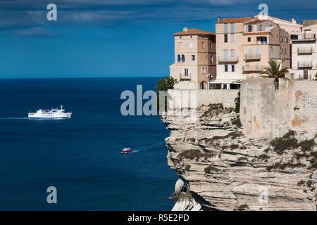 Frankreich, Korsika, Departement Corse-du-Sud, Korsika South Coast Region, Bonifacio, Cliffside Häuser - Stockfoto
