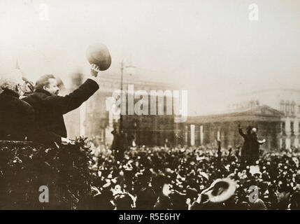 Deutsche Republik - Herr Ebert cheers wieder deutsche Soldaten, da sie durch das Brandenburger Tor in Berlin, Deutschland. 1918-1919 - Stockfoto