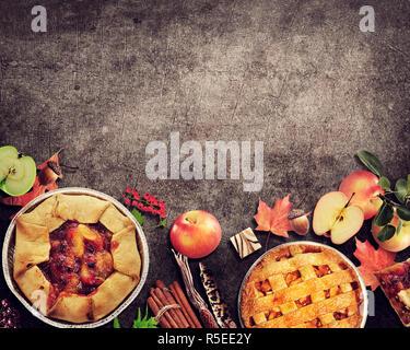 Obstkuchen auf rustikalen Hintergrund. Herbst Kollektion. - Stockfoto