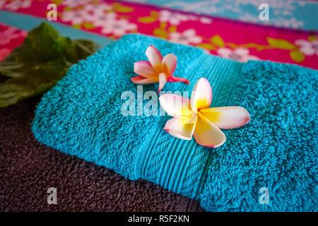 Tiare weiße Blumen auf einem Handtuch - Stockfoto